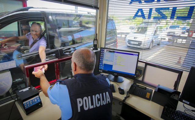 Predstavniki ministrstva za zdravje so danes na mejnih prehodih s Hrvaško in Madžarsko ter na brniškem letališču izdali vsaj 277 karantenskih odločb, od tega največ na Obrežju, najmanj pa na Jelšanah. Z vročanjem karantenskih odločb na mejnih prehodih so pristojni začeli v soboto in jih v samo dveh dneh po podatkih vlade izdali 1260. Karantenske odločbe na mejnih prihodih vročajo zaposleni na ministrstvu za zdravje, ki so zato pooblaščeni in imajo opravljen izpit iz zakona o upravnem postopku. FOTO: Jože Suhadolnik/Delo