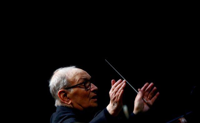 Ennio Morricone je, kljub visoki starosti, še lani dirigiral koncerte po svetu, na fotografiji v Berlinu. FOTO: Fabrizio Bensch/Reuters