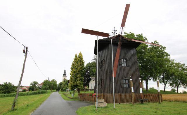 Starogorski mlin na veter je povečana replika zadnjega delujočega Bečevega vetrnega mlina na Kokolajnščaku. FOTO: Jože Pojbič/Delo