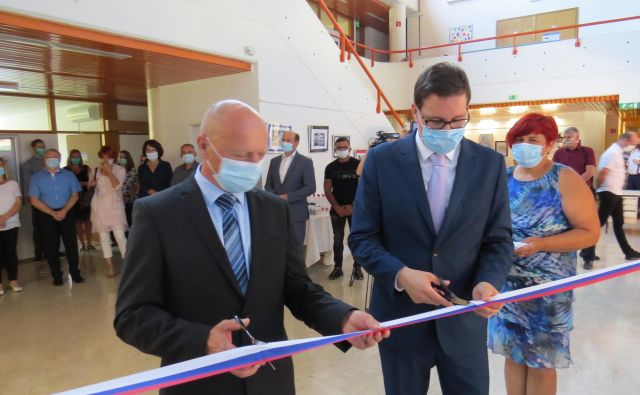Minister Boštjan Koritnik (desno) in načelnik UE Litija Franci Props sta danes slovesno odprla prenovljene upravne prostore. FOTO: Bojan Rajšek/Delo