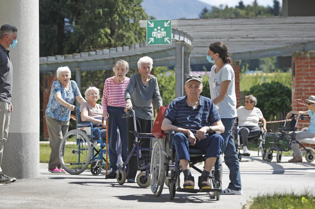 FOTO:Drugi val pljuska tudi po domovih starejših