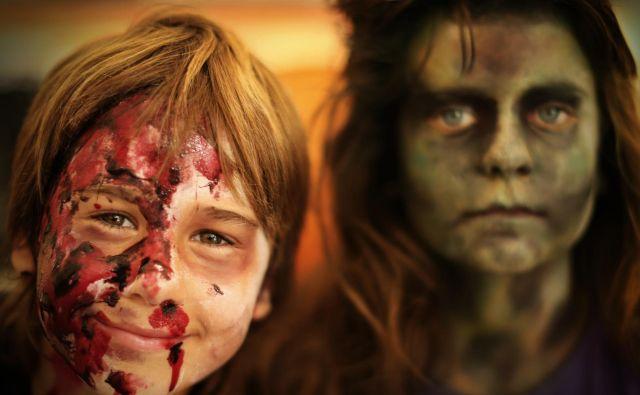 Delavnico, na kateri se obiskovalci spremenijo v zombije, bo letos nadomestila izdelava medicinskih mask. Fotografiji Jure Eržen