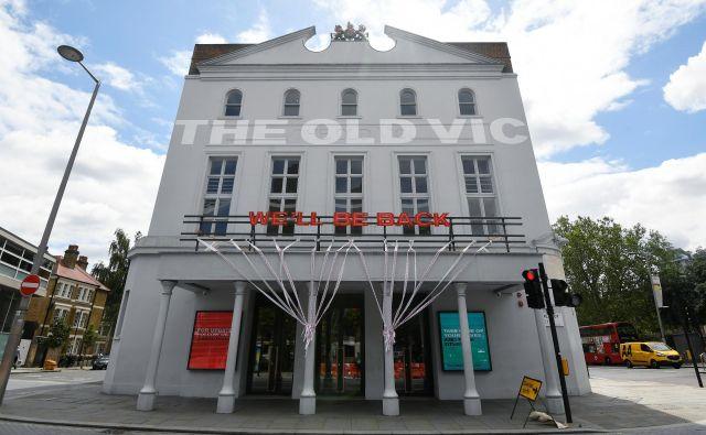 Napis na trenutno zaprtem gledališču Old Vic: <em>Vrnili se bomo</em>. Foto Reuters