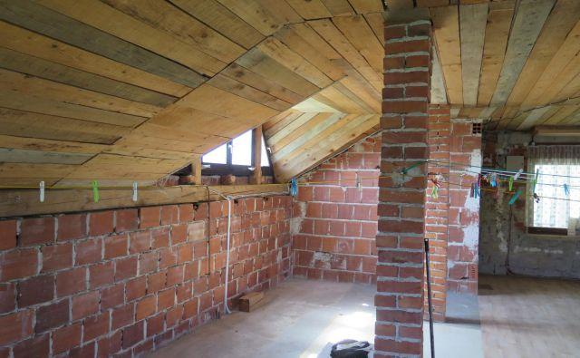 Pri gradnji podstrešnega stanovanja vedno zmanjkuje centimetrov svetle višine prostorov. Foto Bojan Žnidaršič