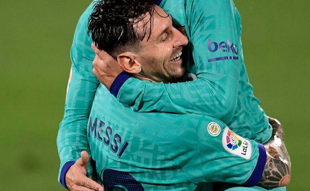 V Barceloni tudi med Antoinom Griezmannom in Lionelom Messijem vlada navidezna ljubezen, a temelji uspešnega partnerstva so načeti. FOTO: Jose Jordan/AFP