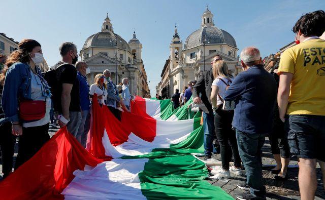 Na rimskem trgu Piazza del Popolo je konec prejšnjega tedna potekal protest proti Contejevi vladi, ki ga je organizirala italijanska opozicija. Foto: Remo Casilli/Reuters