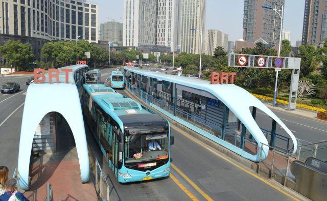 V Dar es Salaamu, administrativni prestolnici Tanzanije, so uvedli učinkovit avtobusni sistem z lastnimi voznimi pasovi, podoben tramvajskemu. FOTO: OZN