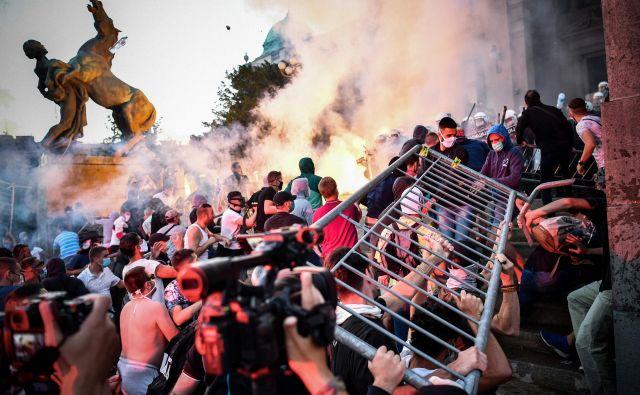 Beograd, Hongkong in več sto ameriških mest so v minulih tednih pogosto prekriti z oblaki solzivca, ki se je spremenil v simbol državnega nasilja. FOTO: Andrej Isakovic/Afp