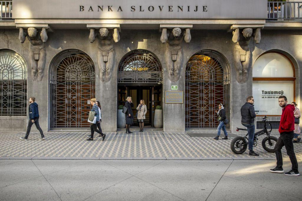 Posledice epidemije dobičke bank letos že zmanjšale za polovico