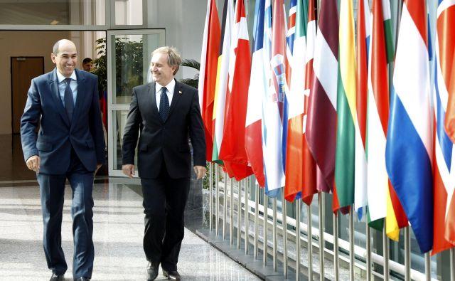 Premier Janez Janša včeraj ni pojasnil, zakaj o nepreklicnem odstopu Aleša Hojsa ni obvestil državnega zbora. FOTO: Leon Vidic/Delo