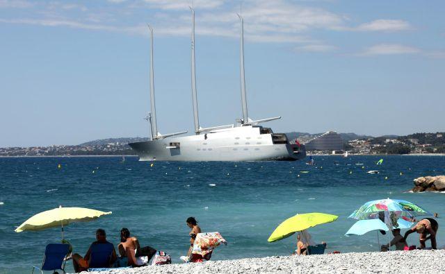 Super jadrnica velikanka, kar 140-metrska trijambornica z nič kaj poetičnim projektnim imenom Sayling Yacht A, ki je vredna več sto milijonov evrov in je v lasti ruskega milijarderja Andreja Melničenka, se trenutno nahaja v zalivu ob francoskem mestu Cagnes-Sur-Mer. FOTO: Eric Gaillard/Reuters