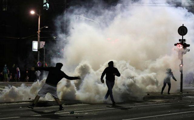 Srbska policija je uporabila solzivec. FOTO:Djordje Kojadinovic/Reuters