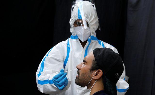 V Sloveniji je bilo potrejenih 24 novih okužb, svetovni trend se giba okoli 200.000 dnevno. FOTO: Adnan Abidi/Reuters