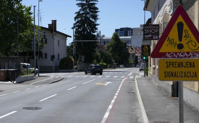 Na križišču Parmove in ulice Bežigrad je cestna signalizacija slabo vidna. Foto: Vid Svetina