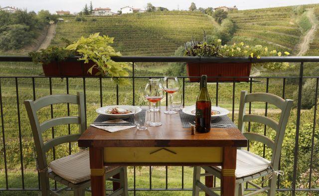 Kulinarične dobrote in domača vina so skupaj z lepimi razgledi na vinograde čari, zaradi katerih se po navedbah spletne strani Global Traveler splača obiskati Goriška Brda.<br /> Foto Uroš Hočevar/Delo