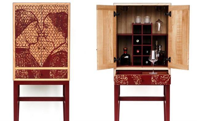 Omarica za vino, vinske kozarce in z njimi povezane pripomočke Vinski studiolo Vulgaris je nastala po navdihu iz renesanse, ko so premožni humanisti v svojih kabinetnih omar(ic)ah,<em> </em><em>studiolih</em>, shranjevali dragocenosti. Foto arhiv Vulgaris Woodcut