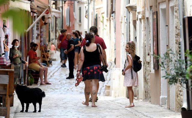 Število okuženih z novim koronavirusom na Hrvaškem narašča, pristojni mirijo, da so zadeve pod nadzorom.FOTO: Denis Lovrovic/Afp