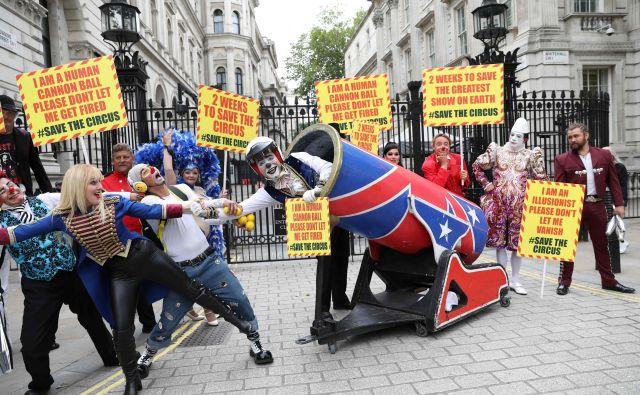 Cirkuški izvajalci so se iz Downing Streeta v Londonu podali na Trg Parliament, potem ko so predsedniku vlade predali pismo, v katerem pozivajo, da se na višku poletne sezone cirkusi ponovno odprejo. FOTO: Isabel Infantes/Afp
