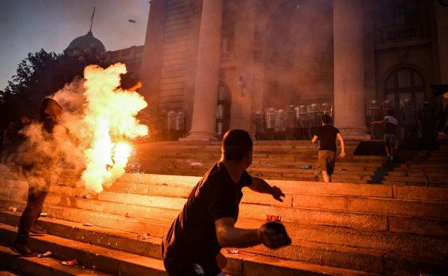 Nasilje je v torek in sredo seglo do beograjske Nacionalne skupščine, manjši skupini je uspelo vdreti vanjo. FOTO:Andrej Isakovic/AFP
