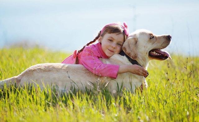 Otroci, ki odraščajo s psi, se lepše vedejo, so bolj sočutni in živijo v okolju, ki bolj vpliva na njihovo čustveno dobrobit, kot tisti otroci, ki nimajo psa, ugotavlja raziskava. Foto Alena Ozerova/Shutterstock