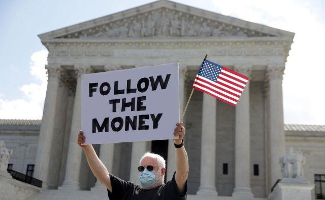 Protestnik ameriškim vrhovnim sodiščem med razpravo o Trumpovi pravici dofinančne zasebnosti.Foto Alex Wong Afp