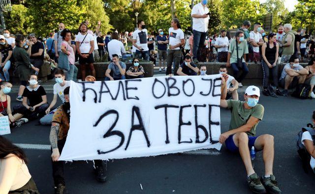Z odločitvijo za sedeči položaj želijo protestniki sporočiti, da je običajnih državljanov mnogo več od tistih, ki prihajajo na proteste le zaradi netenja nasilja. FOTO:Marko Djurica/Reuters