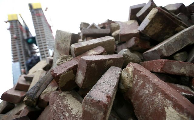 Ko stavbe niso več uporabne, je treba njihove materiale ponovno uporabiti ali reciklirati, ne pa pridobivati novih. FOTO: Kai Pfaffenbach/Reuters