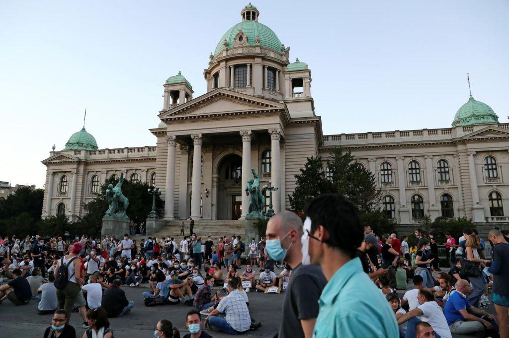 FOTO:Protesti v Srbiji tokrat mirni, udeleženci protestirali sede