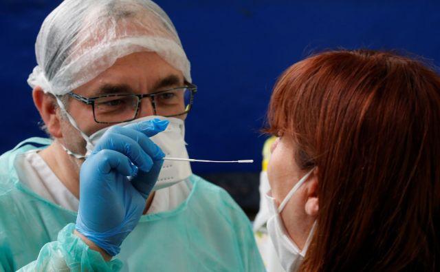 Včeraj je bilo v Sloveniji porjenih 17 novih okužb. FOTO: Pascal Rossignol/Reuters