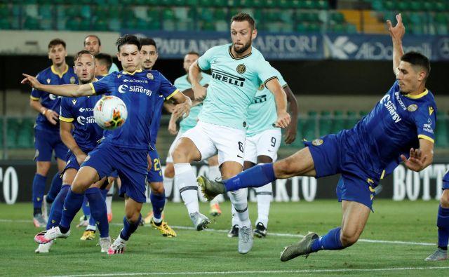 V zadnji tekmi 31. kola v italijanskem nogometnem prvenstvu je Inter (v svetlejših dresih) v Veroni iztržil le točko in na lestvici 3. mesto prepustil Atalanti. FOTO: Alessandro Garofalo/Reuters