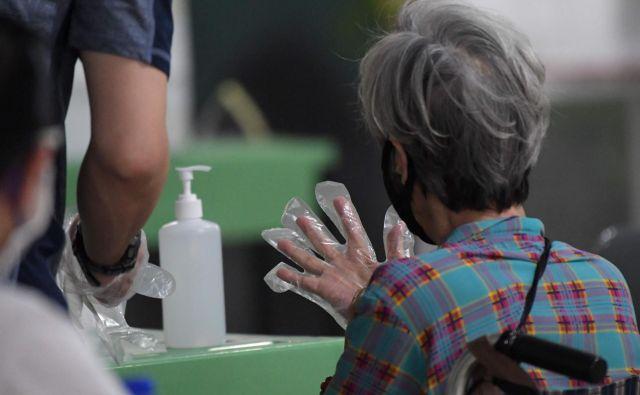Še vedno velja, da za zaščito največ lahko naredimo sami: umivajmo in razkužujmo si roke, vzdržujmo socialno distanco. FOTO: Roslan Rahman/Afp