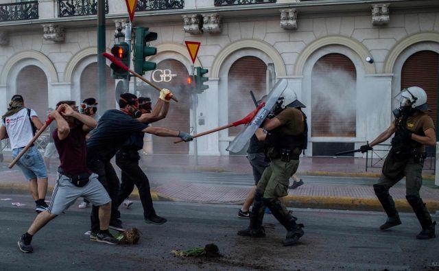 V Atenah so se protestniki med demonstracijami pred parlamentom, ki so se prelevile v nemire, spopadli s policijo. Protestirali so proti prihajajočemu zakonu konservativne vlade o nadzoru demonstracij. FOTO: Angelos Tzortzinis/Afp