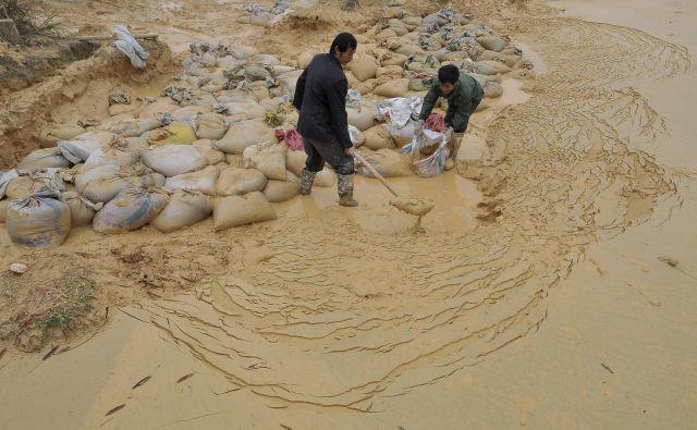 Izkopavanje redkih kovin v rudniku v Nančangu v kitajski provinci Jiangxi. Kitajski monopol je še vedno tudi posledica ohlapnejše okoljske, delovne in zdravstvene zakonodaje. Foto Reuters