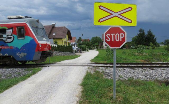 Med 408 nezavarovanimi prehodi čez tire v državi je tudi depalski.<br /> FOTO: Bojan Rajšek/Delo