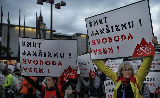 Menim, da protestniki z janšizmom mislijo na ideologijo, ki nam jo vsiljuje predsednik trenutne vlade J. Janša. Foto Blaž Samec/Delo
