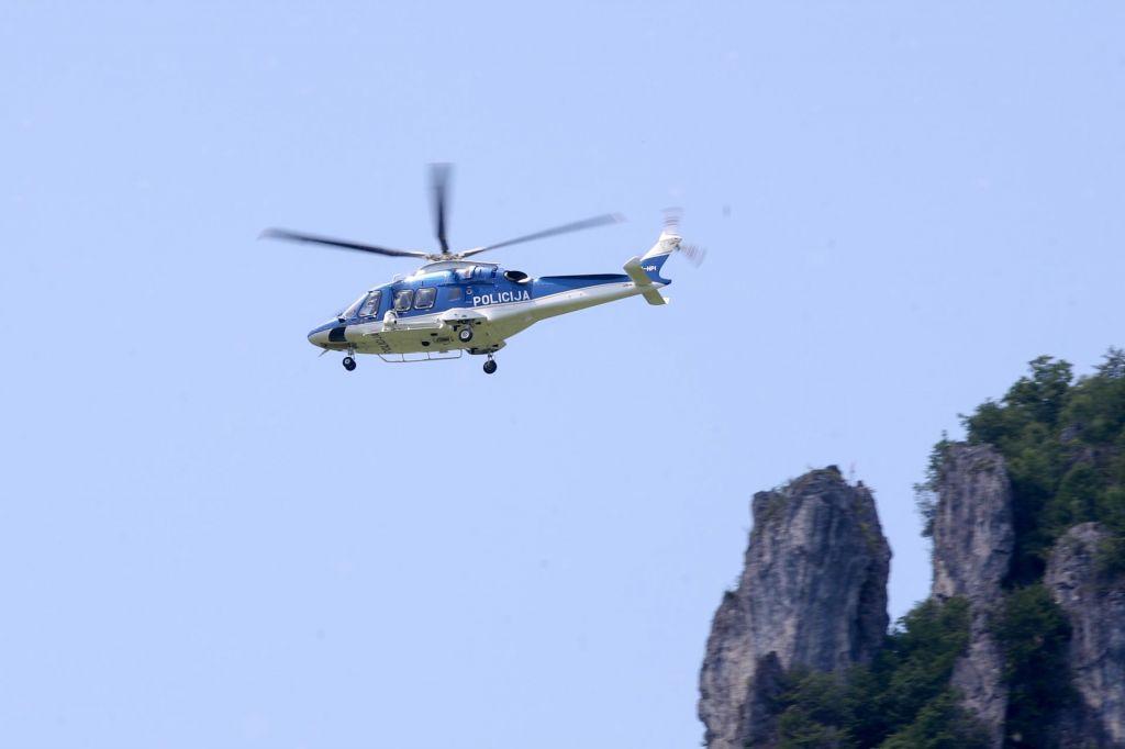 V enem dopoldnevu helikopter v gorah posredoval kar štirikrat