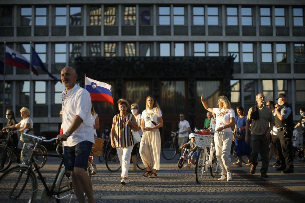 FOTO:V Ljubljani znova protesti, za ogrevanje rumena maškarada