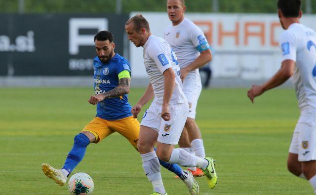 Domžale (v belih dresih) se v končnici sezone rešujejo pred dodatnimi kvalifikacijami. FOTO: Jože Suhadolnik/Delo