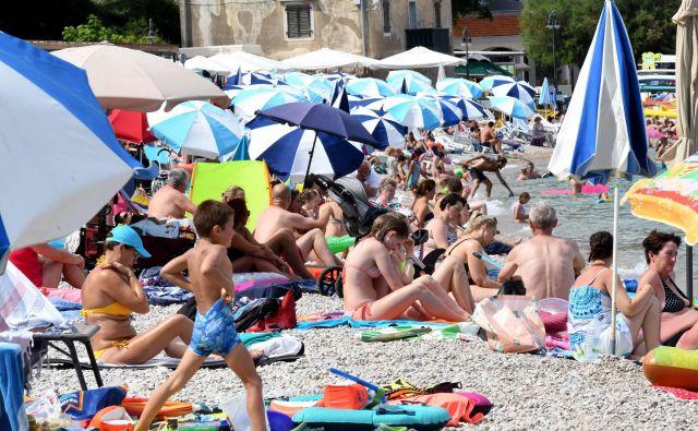 Hrvaška skuša zajeziti število okužb, a takole je bilo včeraj na plaži v Mošćenički dragi v bližine Reke. FOTO: Denis Lovrovic/AFP