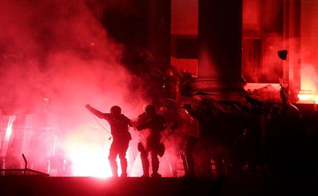 Protestniki so se spopadli s policijo pred parlamentom. FOTO:Oliver Bunic/AFP