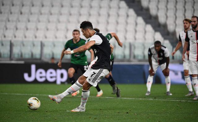 Juventus se je proti Atalanti reševal z bele točke. Obe je v izenačenji spremenil Cristiano Ronaldo, s čimer je v tej sezoni zabil že 27 golov. FOTO: Marco Bertorello/AFP