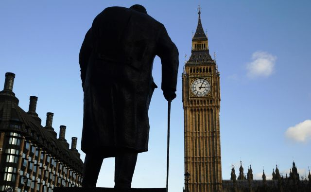 Spomenik nekdanjega britanskega premierja Winstona Churchilla v Londonu. FOTO: Luke MacGregor/Reuters