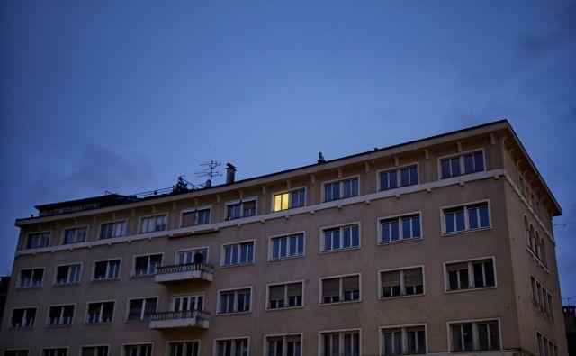 Koronavirus je pokazal, da v stari Ljubljani živi le še peščica stanovalcev. FOTO: Blaž Samec/Delo
