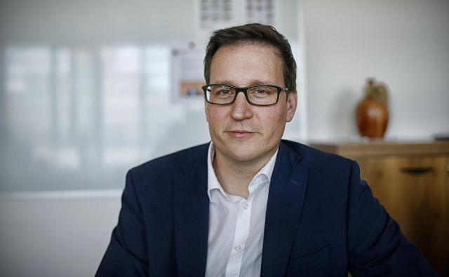 Minister za javno upravo Boštjan Koritnik. Njegovo ministrstvo je včeraj objavilo poziv za oddajo ponudbe za mobilno aplikacijo za obveščanje o stikih z okuženimi s covid-19. FOTO: Blaž Samec/Delo