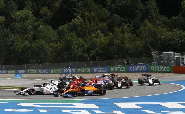 Takole sta Sebastian Vettel in Charles Leclerc v rdečih dirkalnikih trčila v tretjem ovinku in končala nastop. FOTO: Leonhard Foeger/AFP