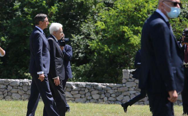 Predsednika Slovenije in Italije, Borut Pahor in Sergio Mattarella, sta danes pri Bazovici položila venca k spominskemu obeležju na bazoviški fojbi, zatem pa še k spomeniku bazoviškim junakom. FOTO: Jože Suhadolnik/Delo