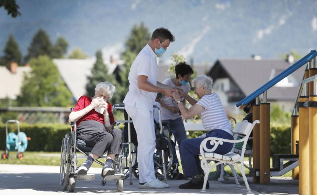 V domovih za starejše občane jih v primeru vdorov virusa najbolj skrbi kadrovska podhranjenost. FOTO: Uroš Hočevar/Delo