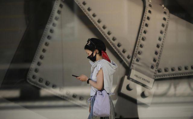 Edini namen aplikacije je, »da državljanom omogočimo, da izvedo, ali so bili v stiku s kom, ki je okužen«, pravi minister Boštjan Koritnik. FOTO: Jure Eržen/Delo