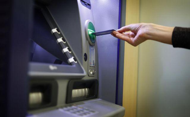 Največje podražitve so praviloma pri storitvah, ki jih komitenti najpogosteje uporabljajo, vedno manj je tudi brezplačnih storitev – če so bili še pred nekaj leti uporaba spletne banke in dvigi na bankomatih marsikje brezplačni, je danes to prava redkost, pravi Alina Meško z ZPS. FOTO: Leon Vidic/Delo