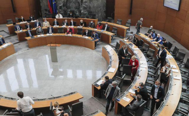 Večina opozicijskih poslancev je zapustila sejo, ker se Janša ni opravičil za tvit o Srebrenici. FOTO: Uroš Hočevar/Delo